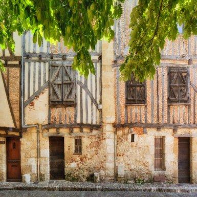 """Labellisée """"Ville d'art et d'histoire"""", Bergerac offre aux visiteurs un dédale de rues et de placettes plus charmantes les unes que les autres. Il suffit de lever le nez pour admirer les colombages, les fenêtres en ogive, les portes travaillées..."""
