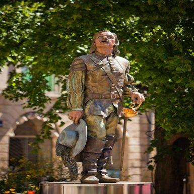 Place Pélissière, on salue la statue de Cyrano.