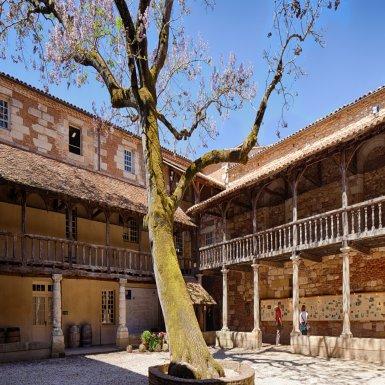 Passage obligé par la Maison des Vins de Bergerac. Le site à lui seul vaut le détour : une demeure du 17ème siècle, bâtie autour d'un cloître en bois et briques, le Cloître des Récollets.