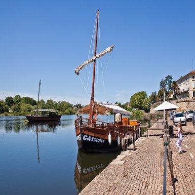 Au départ du célèbre port gabarrier de Bergerac, laissez-vous guider pour une croisière au fil du temps sur la Dordogne à bord de bateaux traditionnels.