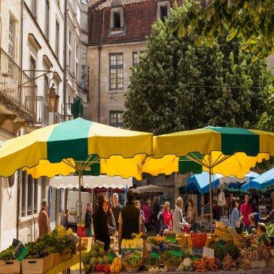Périgueux est ville de goût et propose de nombreux marchés. Quatre lieux incontournables : place de la Clautre, place du Coderc, place de l