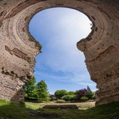 Vesunna, francisé en Vésone, site musée gallo-romain est la capitale romaine du peuple gaulois des Pétrocores. Intégrée dans la province de Gaule aquitaine, elle se développe aux I et II siècles de notre ère. C