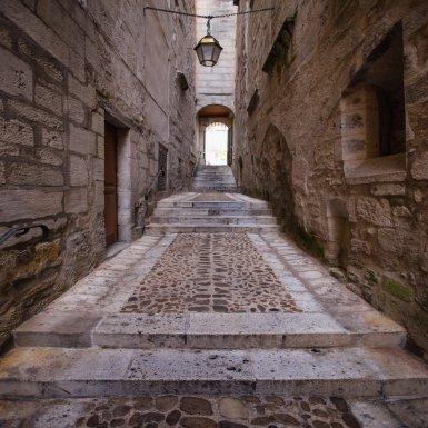 Perdez-vous dans les petites rues pavées et pleine de charme du centre historique de Périgueux...