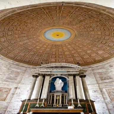 Bâtie en 1670, la chapelle du château de Hautefort est dédiée à saint Éloi. Accessible par une galerie de l