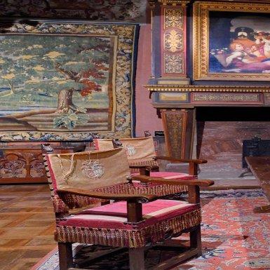 Contrairement à la forteresse féodale des XIIIe et XIVe siècles, la partie Renaissance du château de Bourdeilles a été construite en temps de paix. Elle conserve un riche mobilier du XVe au XIXe siècle qui réunit dressoirs, lits, tables, coffres et tapisseries, répartis au fil des pièces.