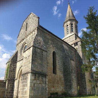 Eglise Saint-Siméon - Construite au XIIe siècle dans le style roman, cette église, souvent remaniée, porte le nom d