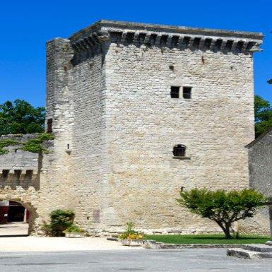 Le puissant donjon carré dit « Tour Monseigneur » est l