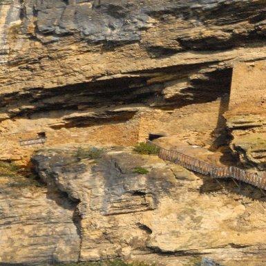 Le fort troglodytique a été sculpté à l_époque du Moyen Âge dans la falaise qui domine le village. Ni les Anglais, pendant la guerre de Cent ans, ni les protestants, pendant les guerres de Religion, ne réussirent à le prendre d_assaut.