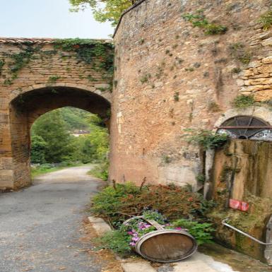 Située dans le village haut, la porte du Récluzou est l_une des quatre portes de l_enceinte fortifiée de Limeuil, reconstruite après la guerre de Cent Ans. Elle marquait la limite entre la ville et la campagne.