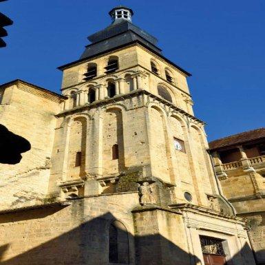 La cathédrale Saint-Sacerdos est globalement de style gothique. Elle connut de multiples reconstructions, comme en témoigne son clocher : sa base romane est la partie la plus ancienne de l
